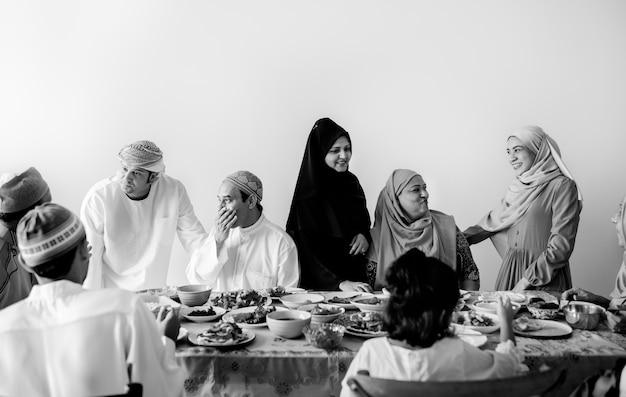 Muslimische familie mit einem ramadan-fest Kostenlose Fotos