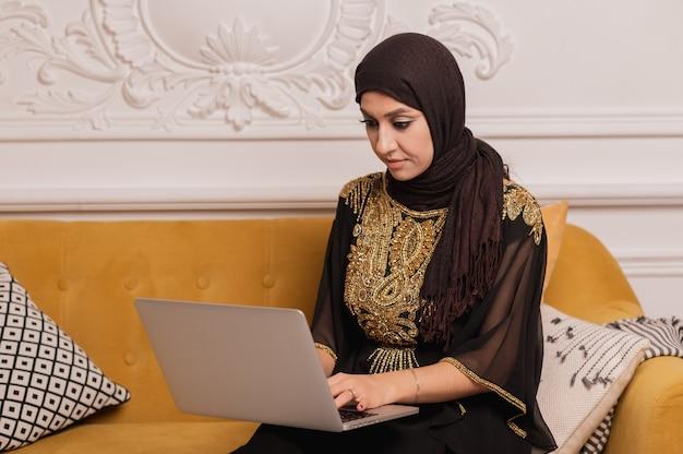 Muslimische frau, die einen arbeitenden hijab trägt Premium Fotos