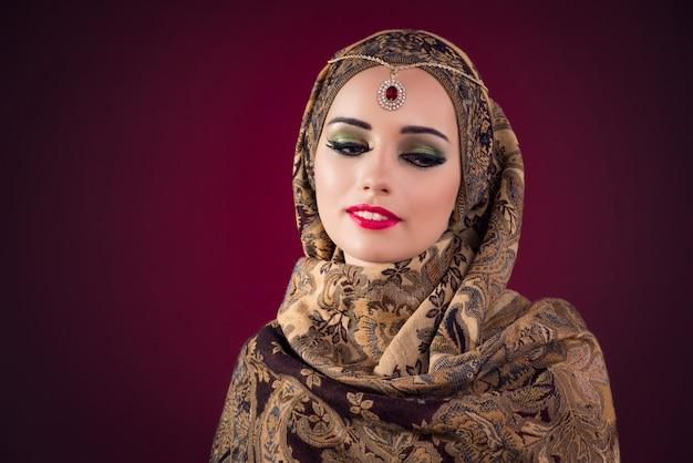Muslimische frau mit schönem schmuck Premium Fotos