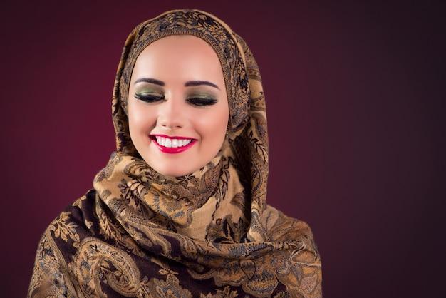 Muslimische frau mit schönen schmuck Premium Fotos