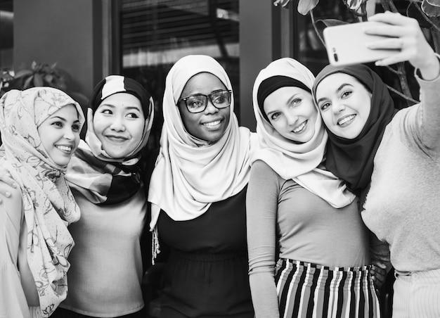 Muslimische freunde nehmen selfie zusammen Kostenlose Fotos