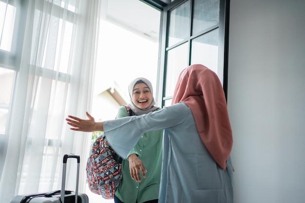 Muslimische hijab frau glücklich trifft ihre schwester Premium Fotos