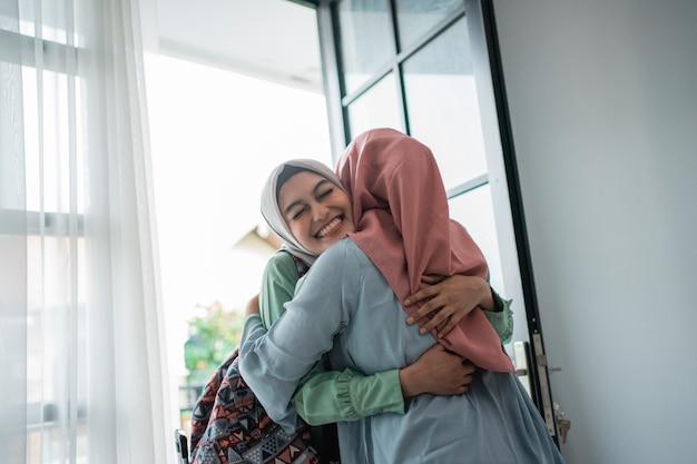 Muslimische junge frau begeistert von der begegnung mit ihrer mutter Premium Fotos