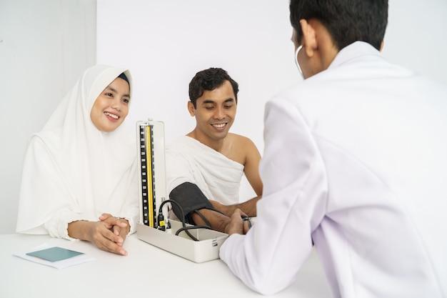 Muslimische medizinische untersuchung vor hadsch oder umrah Premium Fotos
