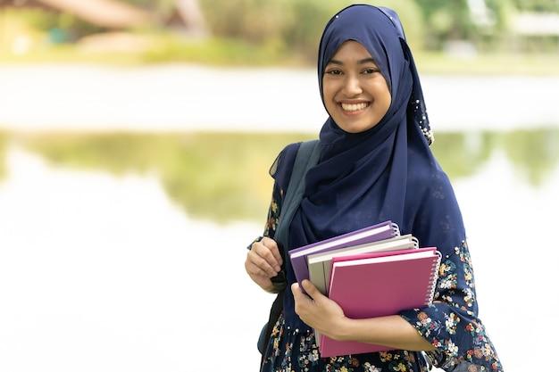 Muslimische studentin porträt Premium Fotos