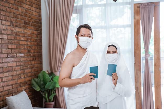 Muslimische umrah mit masken Premium Fotos