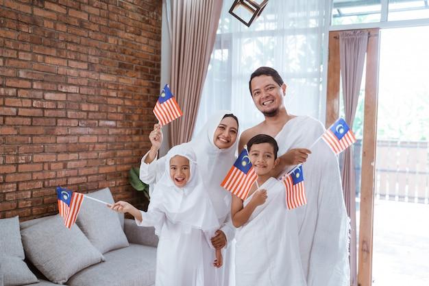 Muslimische umrah und hadsch mit malaysischer flagge Premium Fotos