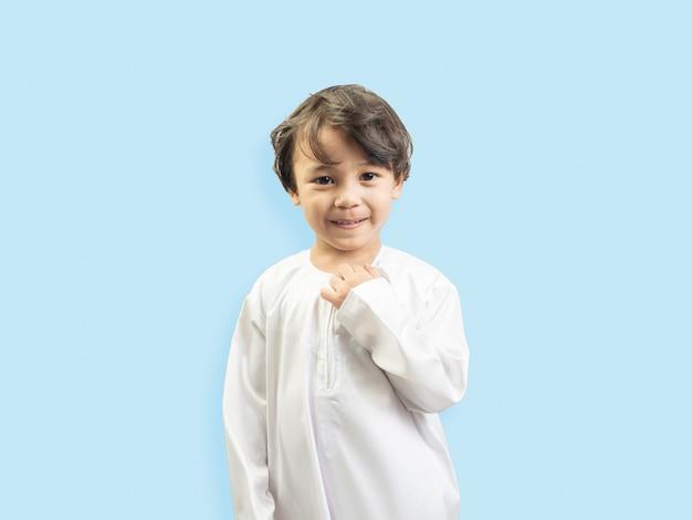 Muslimischer junge in einem kleid Premium Fotos