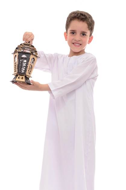 Muslimischer junge mit laterne, die ramadan feiert Premium Fotos