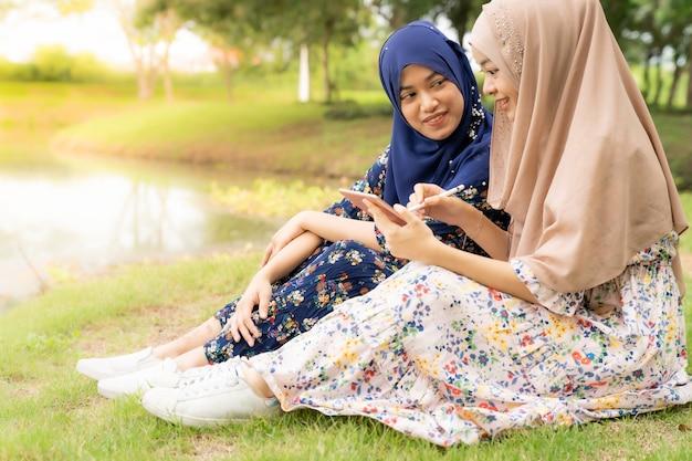Muslimischer teenager social media Premium Fotos