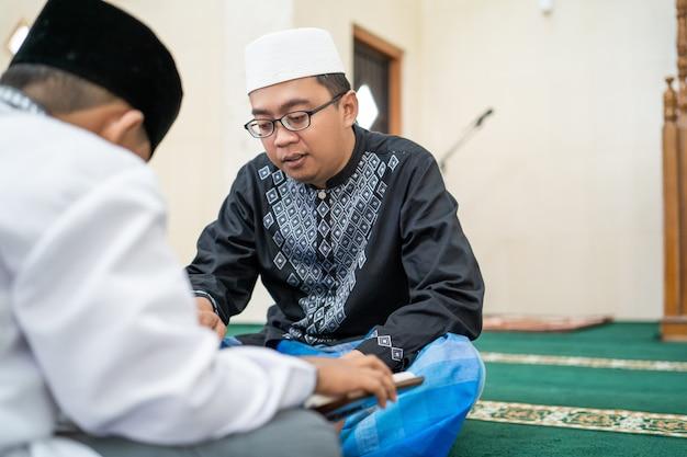 Muslimisches kind lehren, den koran zu lesen Premium Fotos