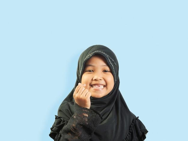Muslimisches mädchen in einem kleid Premium Fotos