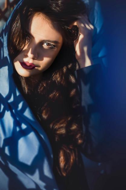 Muslimisches model in blauen outfits Kostenlose Fotos