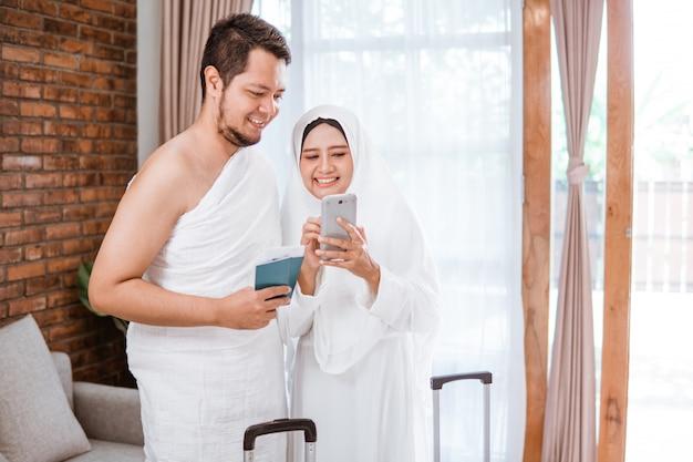 Muslimisches paar telefoniert während umrah und hadsch Premium Fotos