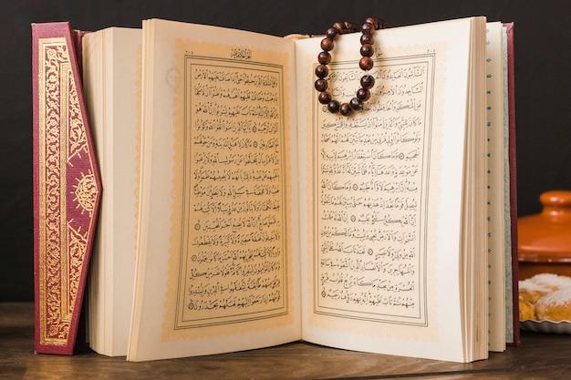 Muslimisches religiöses buch mit perlen Kostenlose Fotos