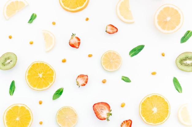 Muster von geschnittenen früchten und beeren Kostenlose Fotos