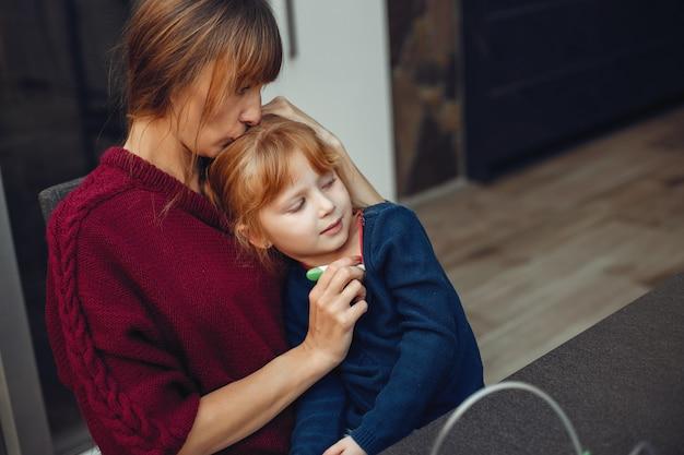 Mutter behandelt ihre tochter zu hause Kostenlose Fotos