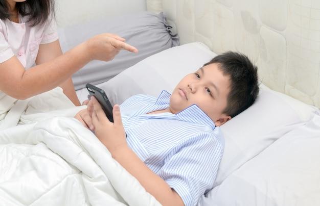 Mutter bestellt kinder spielen keine handys Premium Fotos