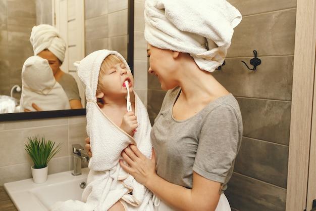 Mutter bringt dem kleinen sohn das zähneputzen bei Kostenlose Fotos