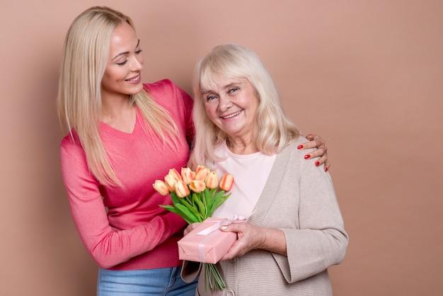 Mutter, die glücklich ist und geschenke empfängt Kostenlose Fotos