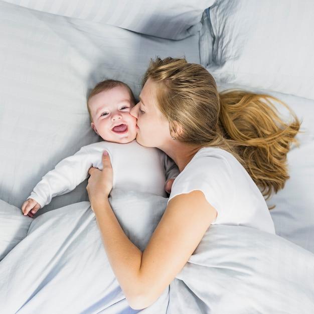 Mutter, die ihr baby küsst Kostenlose Fotos