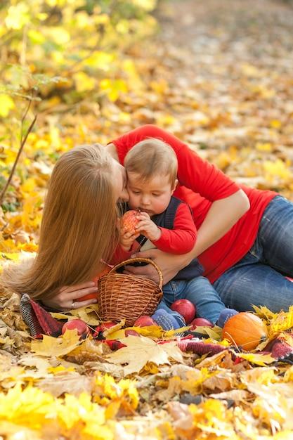 Mutter, die nettes kleines baby hält Kostenlose Fotos