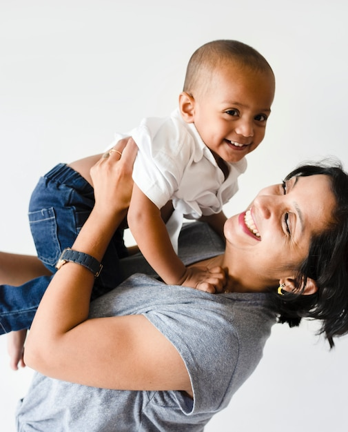 Mutter, die sohn mit glück hält Kostenlose Fotos