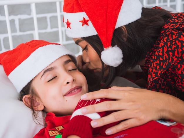 Mutter erzählt die gute nacht am weihnachtstag Premium Fotos