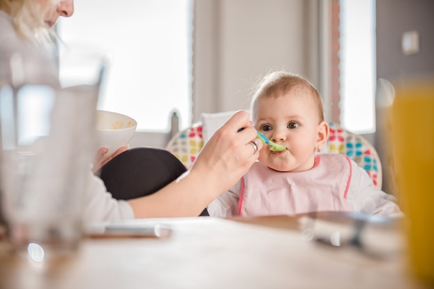 Mutter füttert baby Premium Fotos