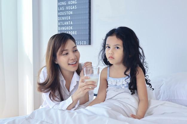 Mutter gibt ihrer tochter morgens milch Premium Fotos