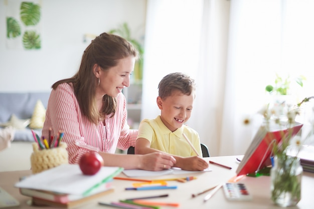 Mutter hilft sohn beim unterricht. hausunterricht Premium Fotos