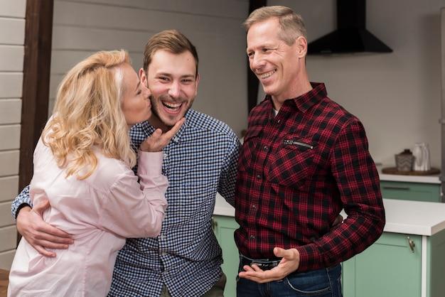 Mutter küsst sohn in der küche Kostenlose Fotos