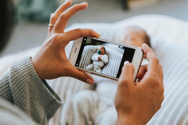 Mutter macht ein foto von ihrem neugeborenen Premium Fotos