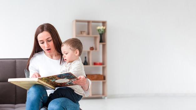 Mutter mit baby zu hause Kostenlose Fotos