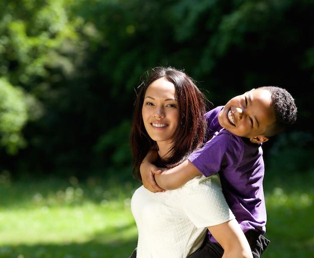 Mutter mit dem sohn, der doppelpolfahrt genießt Premium Fotos