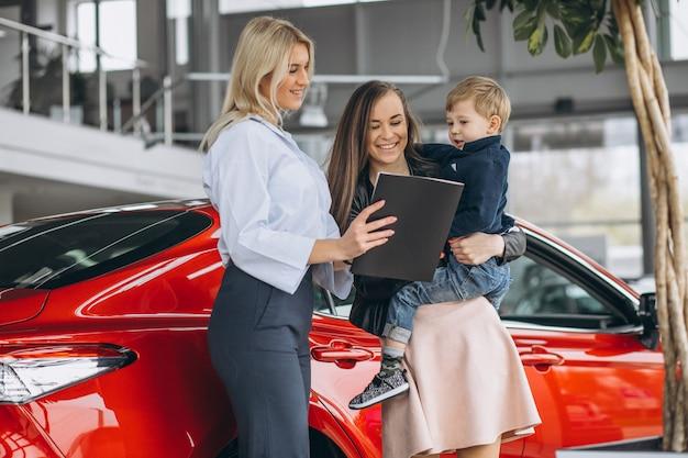 Mutter mit dem sohn, der ein auto kauft Kostenlose Fotos