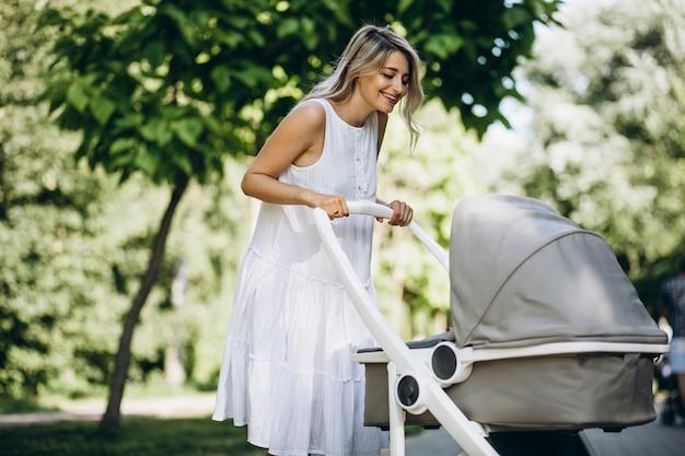 Mutter mit der kleinen babytochter, die in park geht Kostenlose Fotos