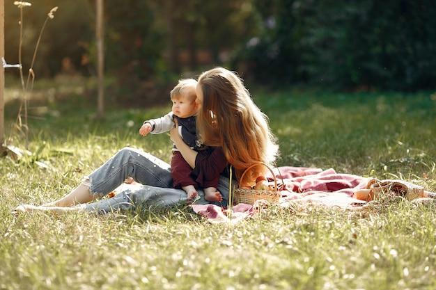 Mutter mit der tochter, die in einem sommerpark spielt Kostenlose Fotos