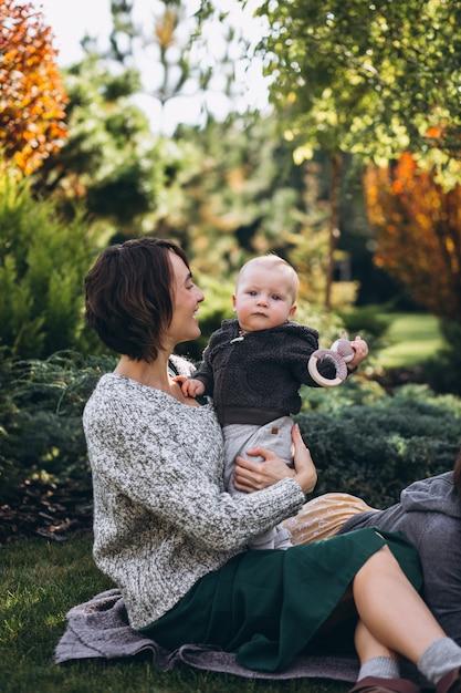 Mutter mit ihrem kleinen sohn, der picknick auf einem
