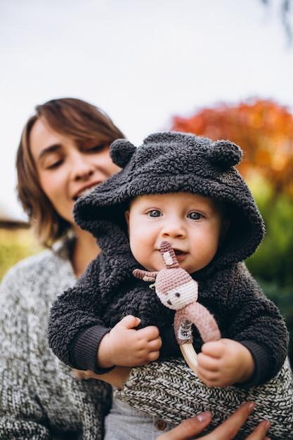 Mutter mit ihrem kleinen sohn, der picknick auf einem hinterhof hat Kostenlose Fotos