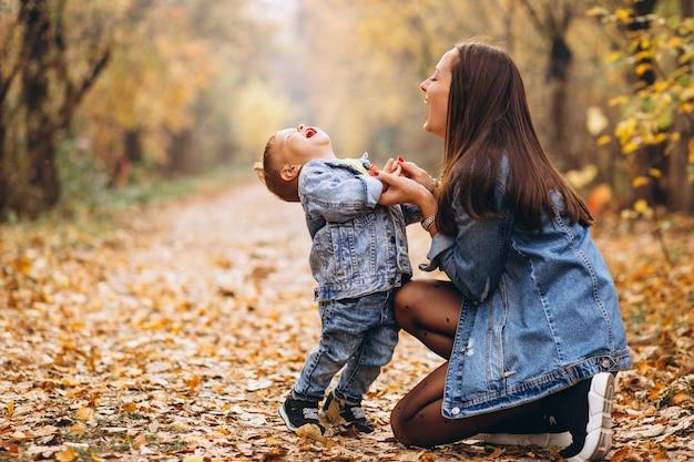 Mutter mit ihrem kleinen sohn im herbstpark Kostenlose Fotos