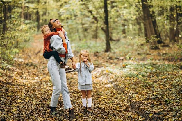 Mutter mit ihrem kleinen sohn und tochter in einem herbstpark Kostenlose Fotos