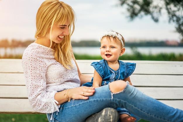 Mutter mit ihrer kleinen tochter im freien spielen Premium Fotos