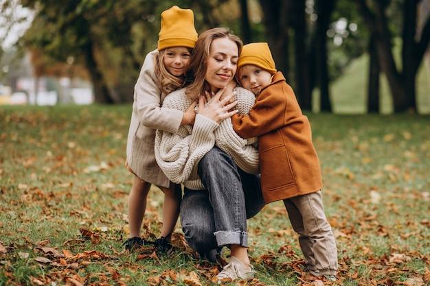 Mutter mit kindern, die spaß im park haben Kostenlose Fotos