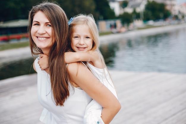 Mutter mit kleinen töchtern Kostenlose Fotos
