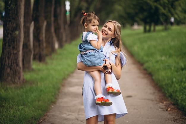 Mutter mit kleiner tochter im park Kostenlose Fotos