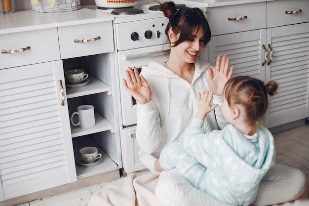 Mutter mit kleiner tochter in einem raum Kostenlose Fotos
