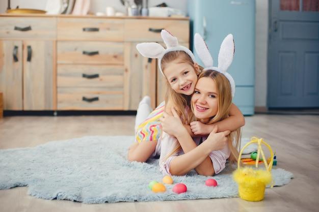 Mutter mit kleiner tochter in einer küche Kostenlose Fotos