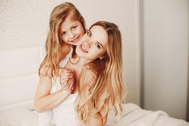 Mutter mit süßer, blonder tochter Kostenlose Fotos