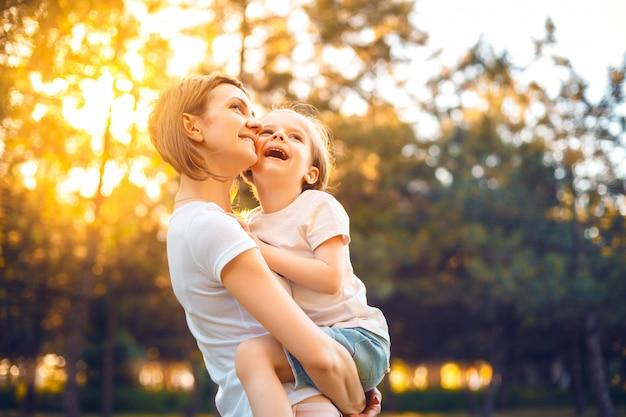 Mutter mit tochter im wald Premium Fotos